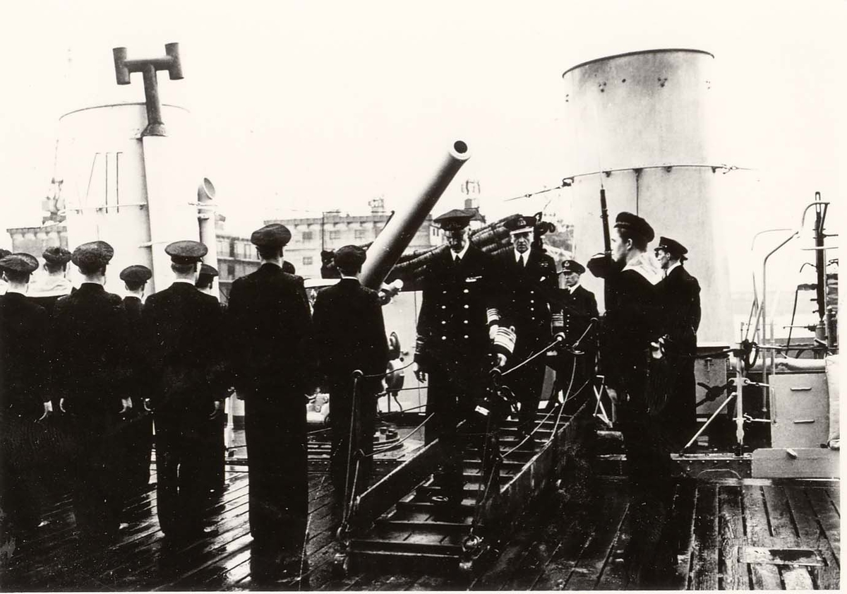 Motiv: Kong Haakon inspiserer jageren ST.  ALBANS den 9. apr. 1942