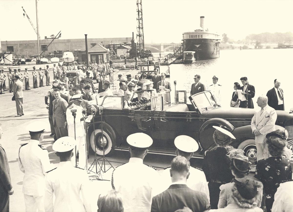 """Motiv: Fra overtakelsen av ubåtjageren """"King Haakon VII"""".Kronprinsesse Mærtha og president Roosevelt ankommer"""