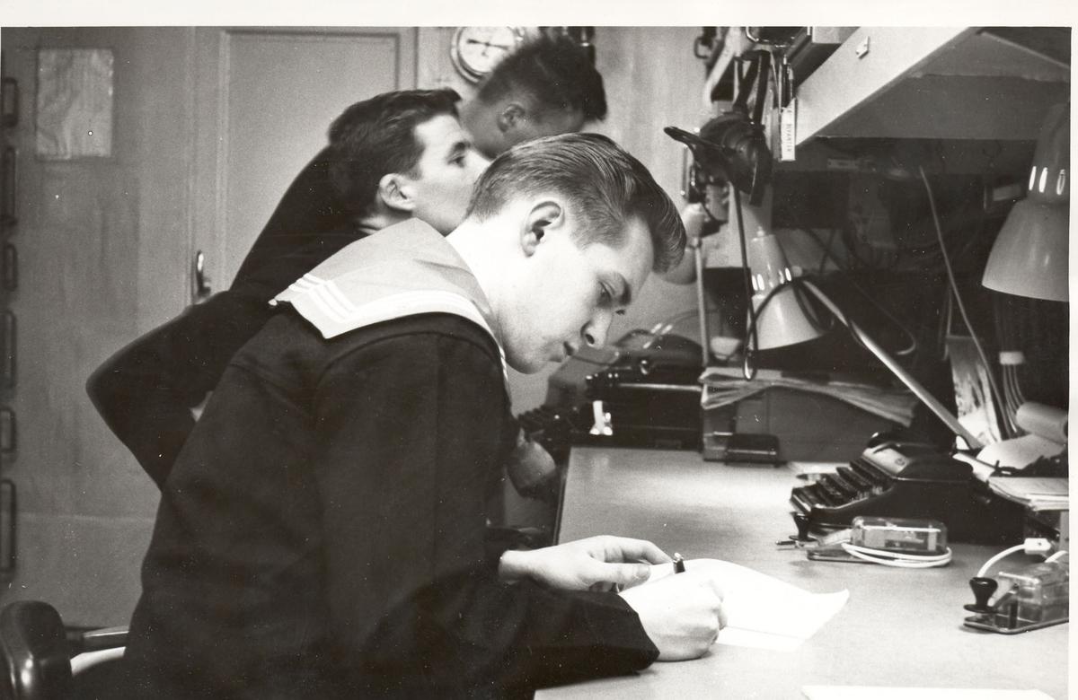 """Tjueen foto fra fregatten KNM """"Oslo"""" under tjeneste vinteren 1967 i Nord-Norge. Livet om bord."""