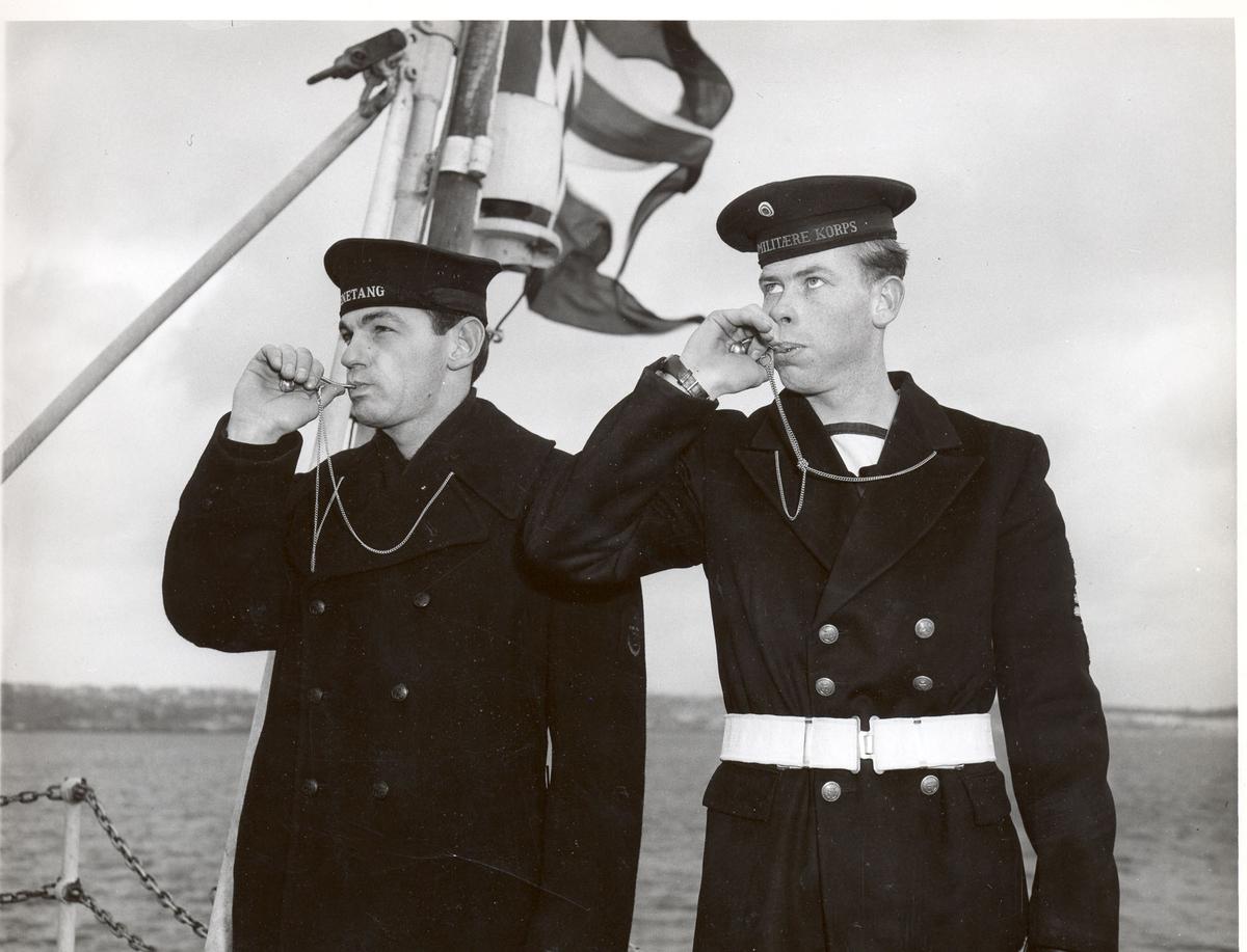 """Overtakelsen av River-kl.fregatt KNM """"Draug"""", ex. HMCS Pentang"""