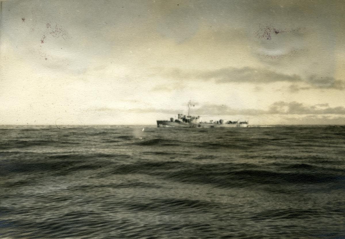 Album Ubåtjager King Haakon VII 1942-1946 Bell Isle Patrulje 19.09-19.11.1943.Jager av Cresent-klasse, innkjøpt fra Storbritania i 1946. Fikk norsk kommando heist i Chatham 10. oktober samme år. Etter utprøving ankom jageren Horten 21.desember 1946. Ble adoptert av Stavanger by 16.mai 1947. Var i 1948 utsatt for et alvorlig uhell da dokkputene sviktet under doksetting i Stavanger og bunnen ble slått mot bunnen av dokken og påført store skader.  Stavanger gjorde tjeneste frem til 1966 da det ble utrangert. Ble benyttet som målfartøy før den i 1972 ble solgt og slept til Belgia for hugging.