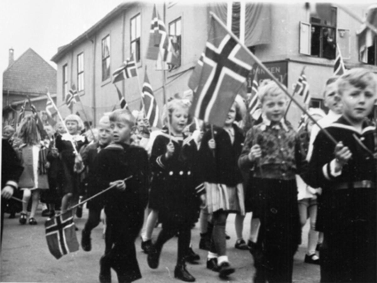 17 MAI TOGET NED GRØNNEGATA, MANGE BARN MED FLAGG