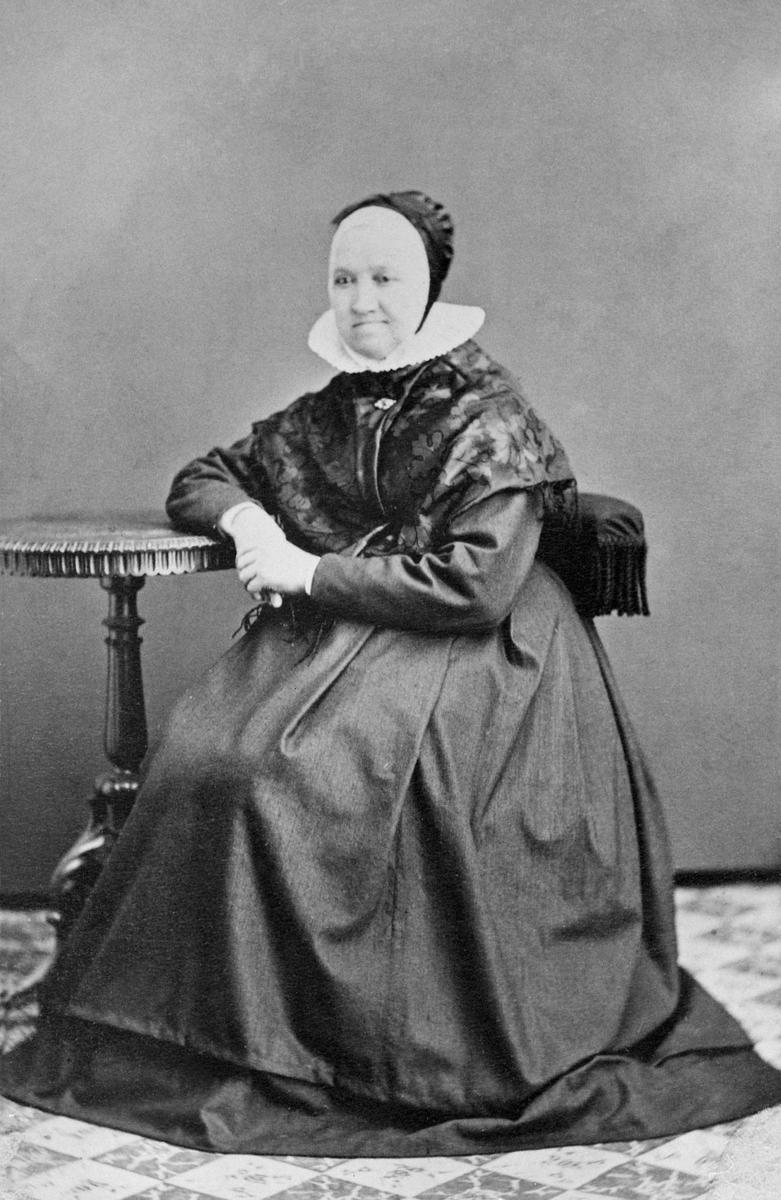 Juliane (Juliana) Øverkvern ble født på Stor-Deglum i Furnes 1813 og hun levde til 1902. Hun var søster til Ingeborg Hommelstad og Ingeborg Velt-Deglum. Hodeplagget hennes er ei rynkelue slik de ble utformet og brukt i Furnes.