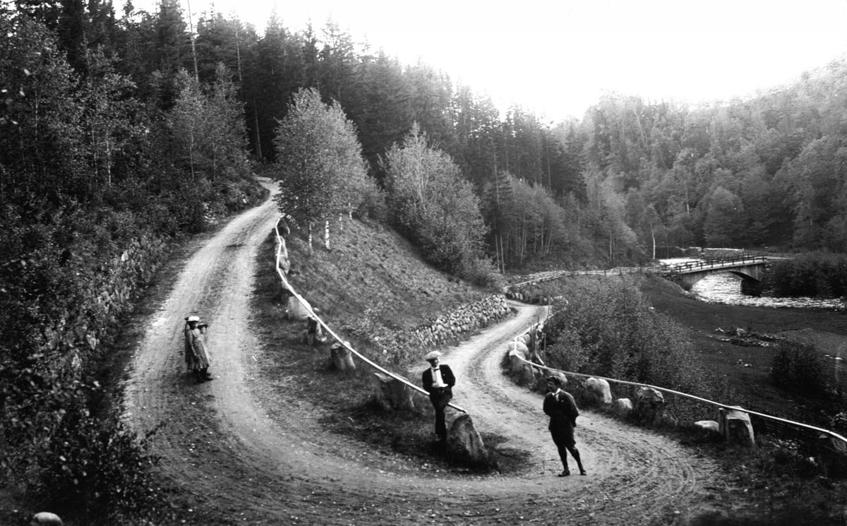 Svingete veg i Bjørgedalen, Furnes, stabbesteiner, bru over Flakstadelva.