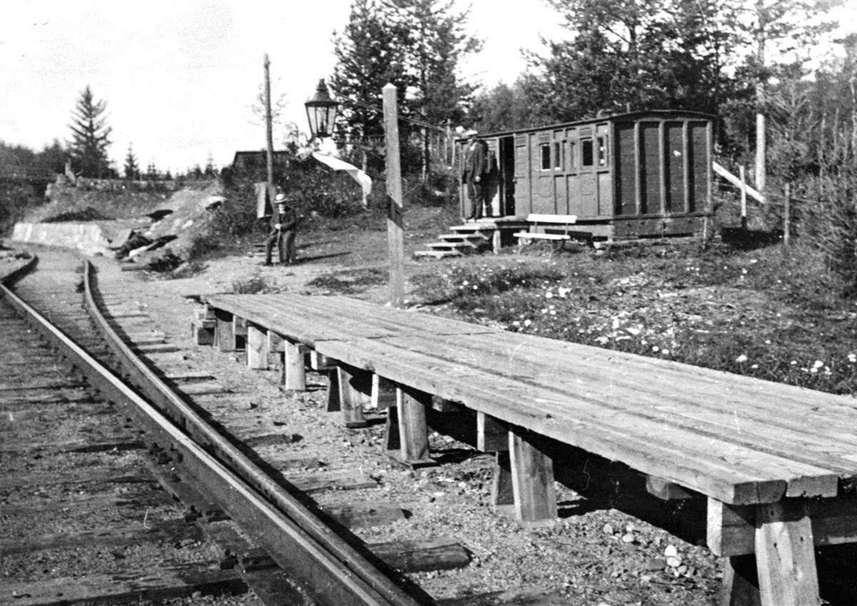 Eksteriør, Rud stasjon, første stasjonsbygning på Rudshøgda var en gammel jernbanevogn. Perrong i tre.
