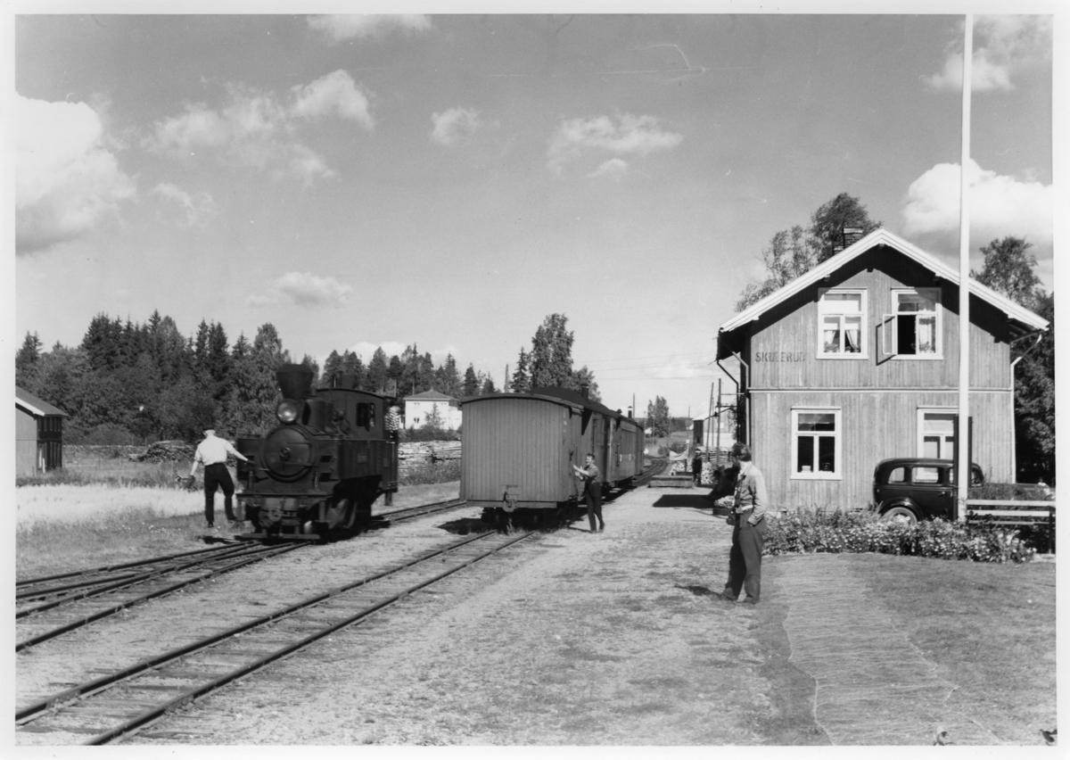 Lok 4 Setskogen i tog 2051 har ankommet Skulrud stasjon.