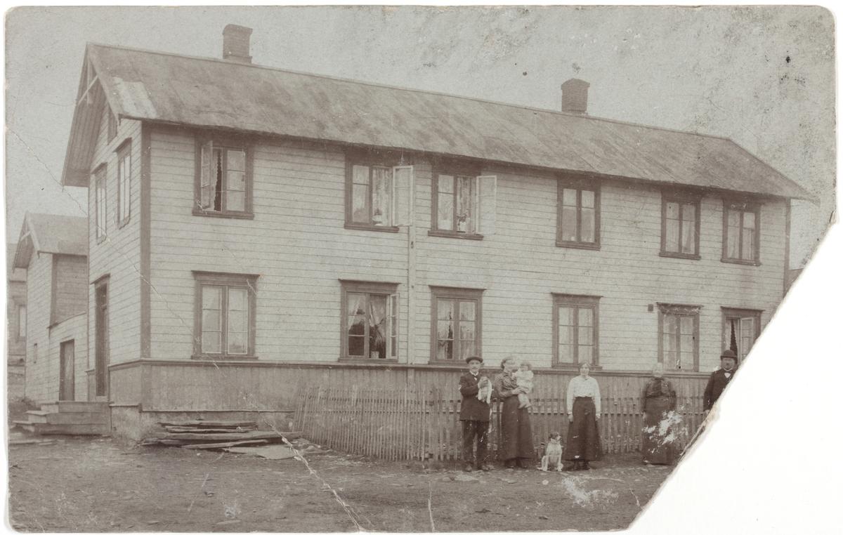 Sundelingården i Vadsø. Ukjente mennesker foran gjerdet.