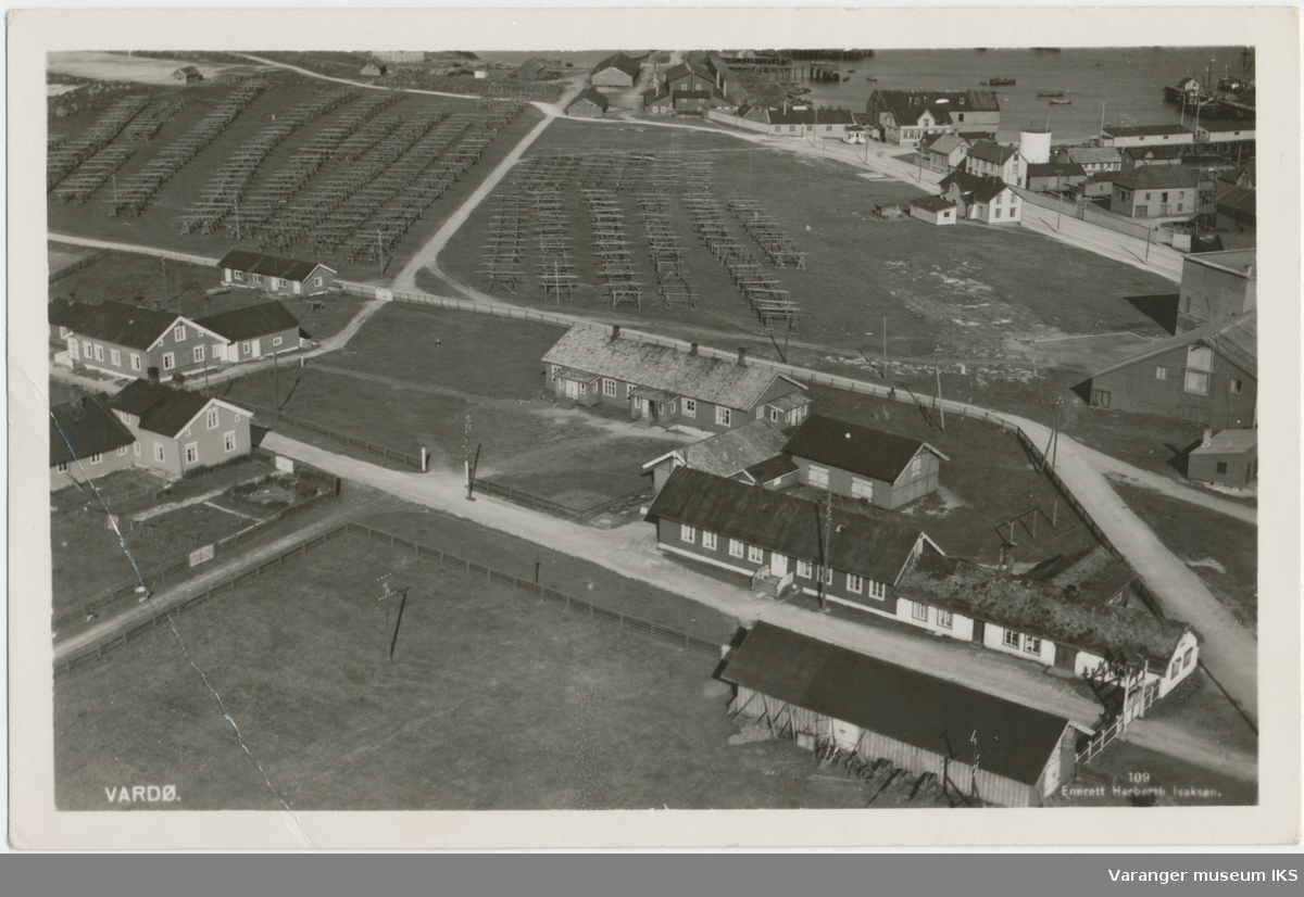 Postkort, festningsbygninger og fiskehjell, tatt fra radiomastene