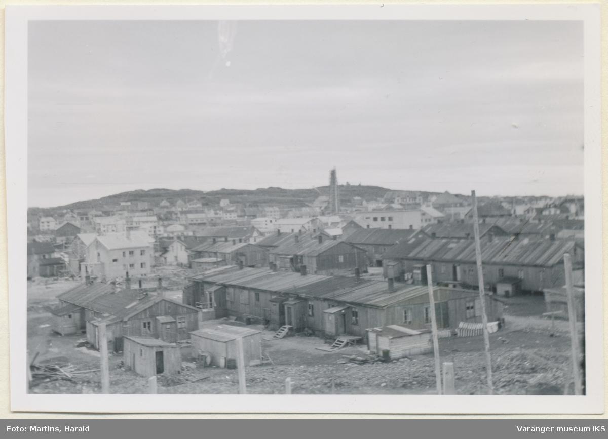 """Brakkebyen """"Belsen,"""" sett fra sykehustomten, oktober 1956"""