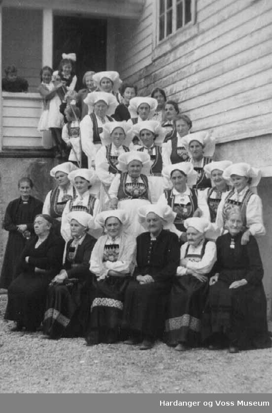 Gruppe, kvinner, born, bunad, husvegg. Sjømannsforeiniga. Ungdomshuset i Vik