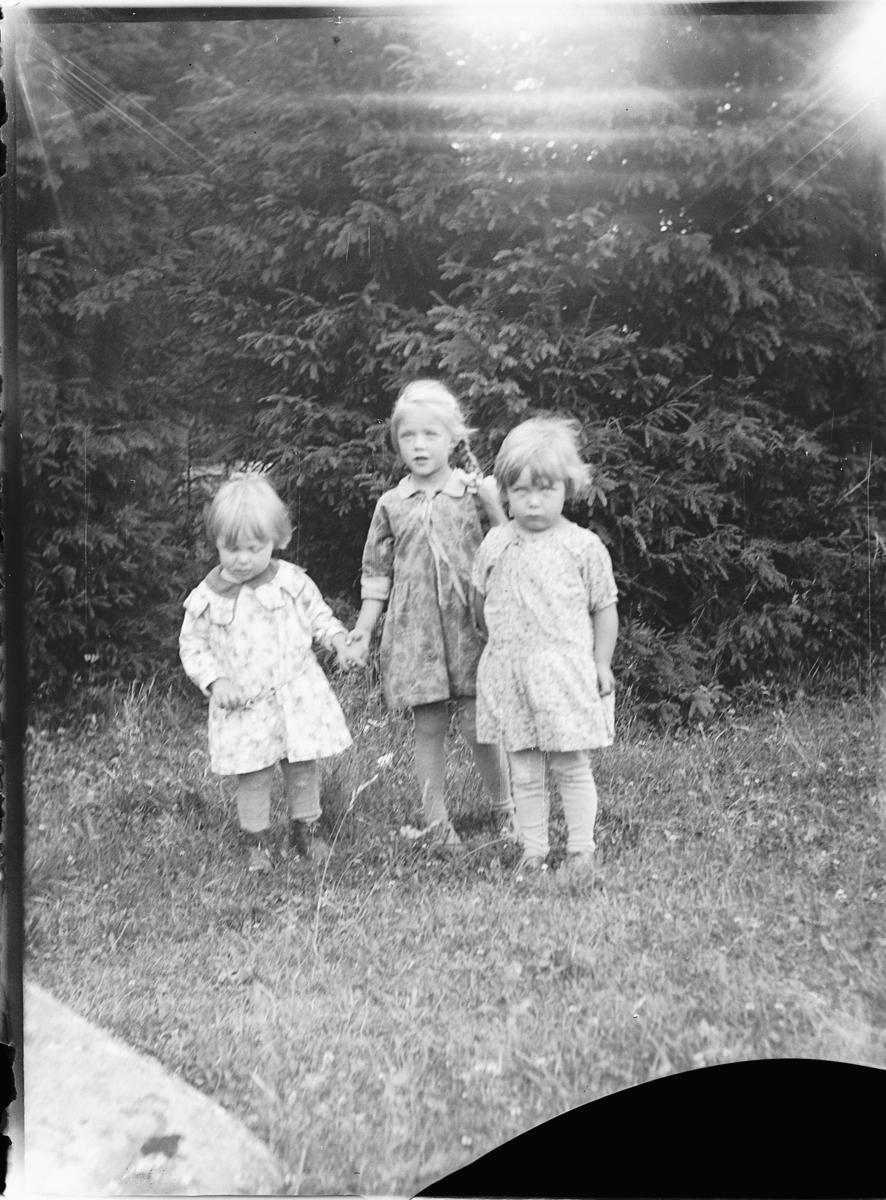 Tre ukjente barn.