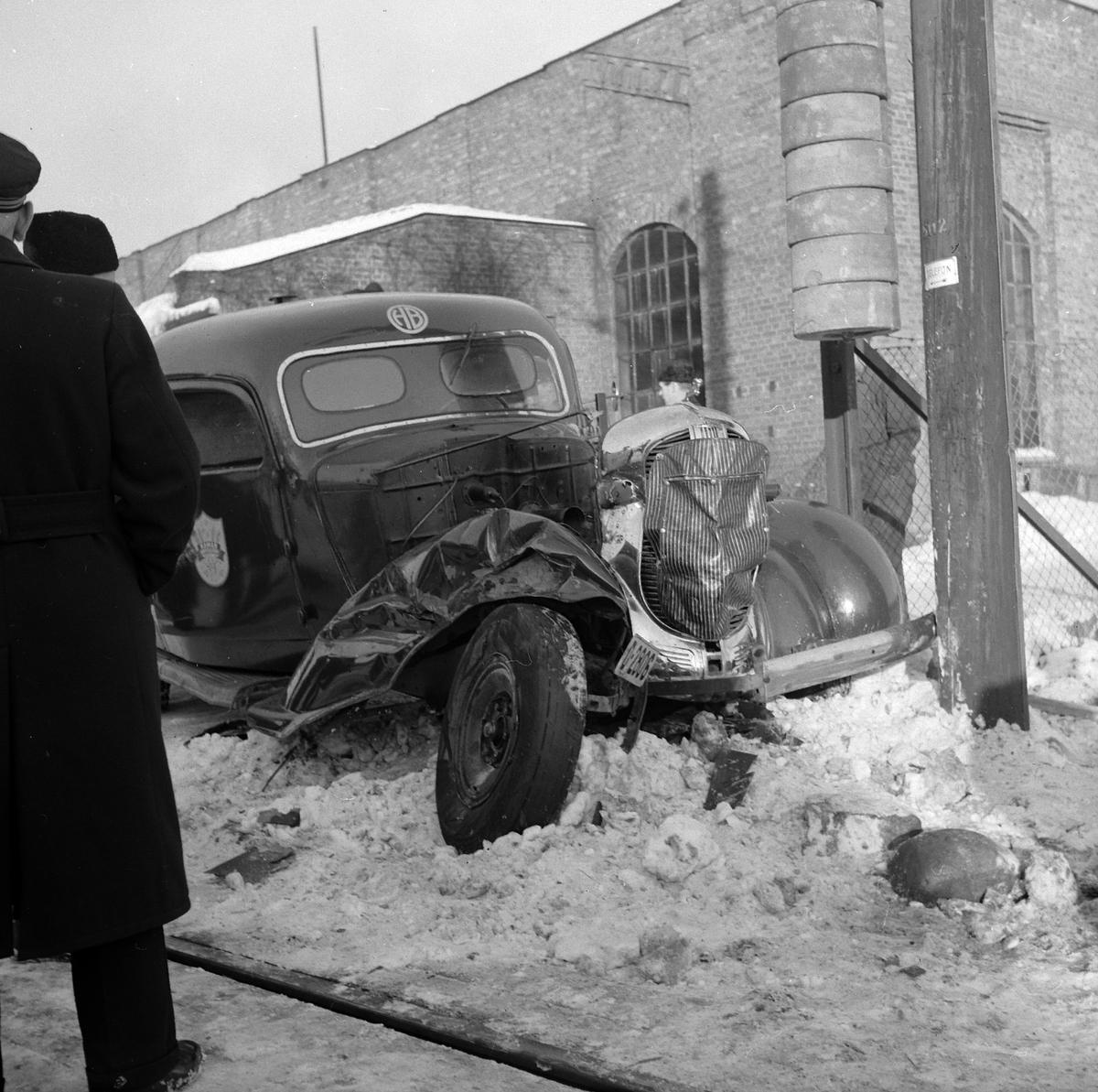 Varebil Dodge, 1936 modell, D-2806,  tilhørte Hamar Bryggeri, kollisjon tog-bil planovergang på fabrikkområdet til Hamar Jernstøperi, bilulykke.