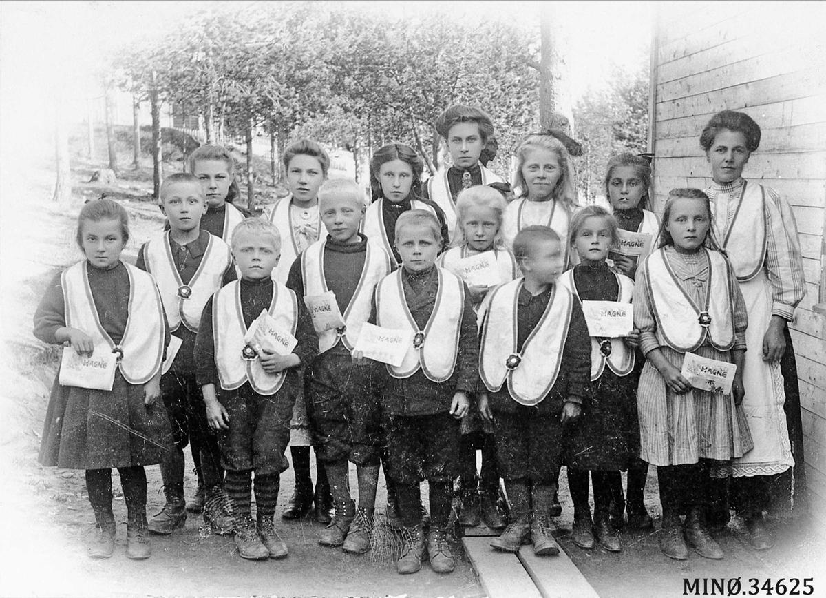 Gruppebilde. Barnelosjen i Folldal. Til høyre: lederen Sofie Leveraas. navn på på barna neste bilde