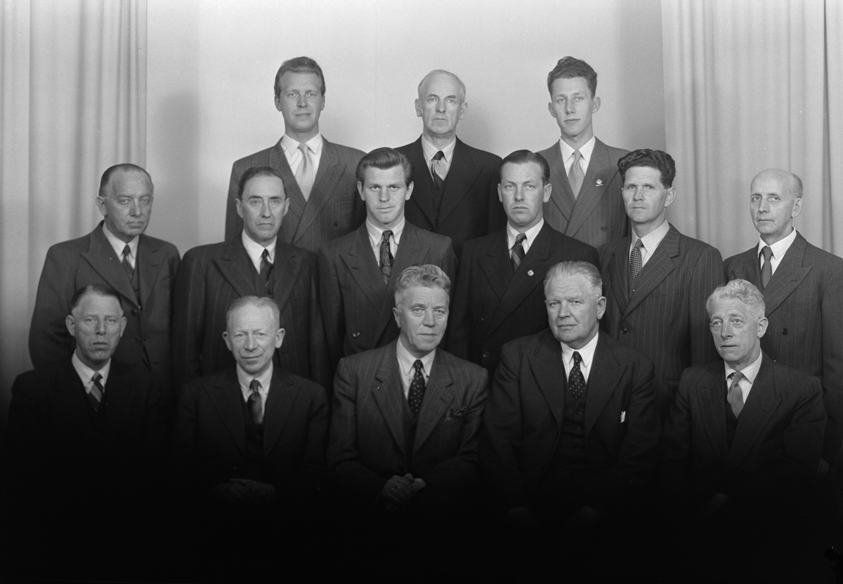 Oplandske Kreditbank. Personalet i 1951. 1 rekke f.v. hovedkasserer J. Christiansen, depotsjef Kr. Skaven Haug, Banksjef E. Bjørnerud, kontorsjef, R. Norseng og hovedbokholder Joh. Imislund. 2. rekke f.v bokholder L. Johansen, revisor P.Pedersen, assistent K. Eng, kasserer A. Østby, vaktmester G. Opstad, bokholder M.Sagsveen. 3 rekke f.v. bokholder A. Mellum, sekretær H. Johansen, innkassobokholder Bj. Bratlie.