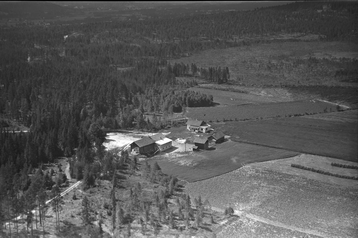 Silkebækken (Gnr 64/1) i Heradsbygda. Låven er snudd på flyfoto fra 1970. Thorbjørn Sagbakken overtok garden i 1953, så det er rimelig at driftsbygningen ble skiftet noen år senere (etter 1955, da dette bildet er tatt, men før 1970).