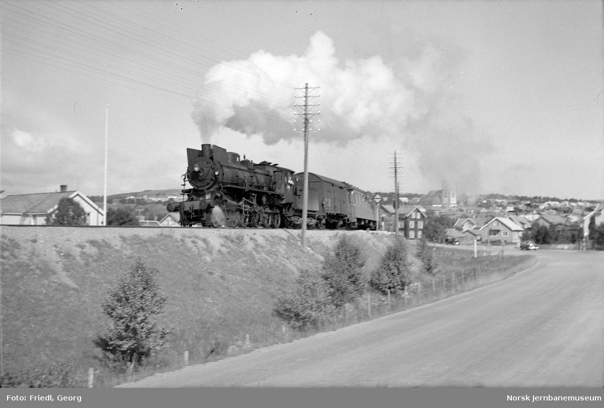 Damplokomotiv type 26a nr. 215 med tog 302 til Oslo på vei ut fra Røros