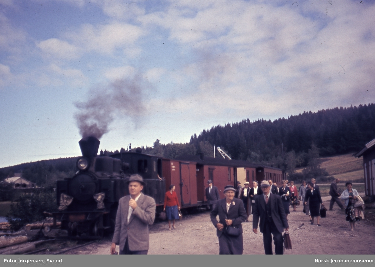 "Blandet tog 2051, trukket av damplokomotiv nr. 4 ""Setskogen"", har ankommet dampskipsbrygga på Skulerud stasjon"