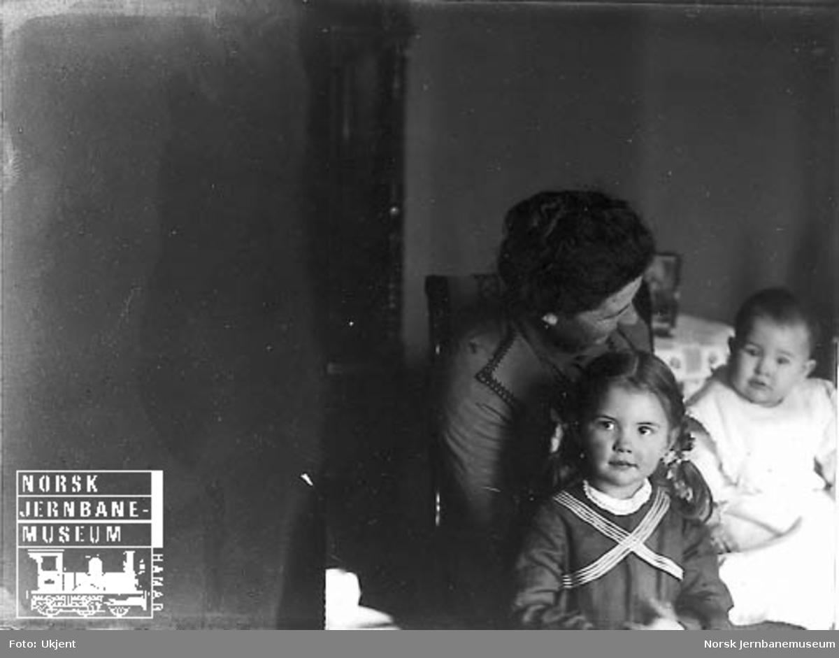 Foto av en mor med to små barn