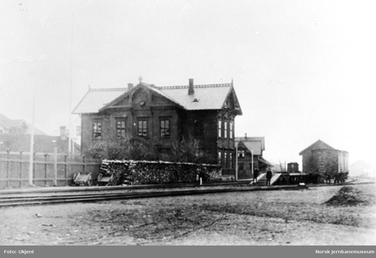Hamar distrikts administrasjonsbygning med stasjonsbygningen i bakgrunnen