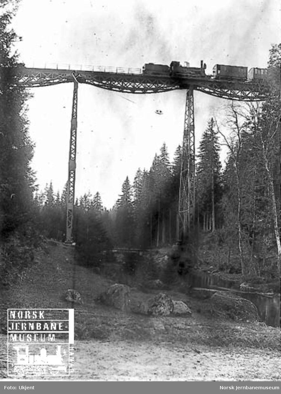Damplokomotiv type 9a nr. 41 med tog på Lysedal viadukt