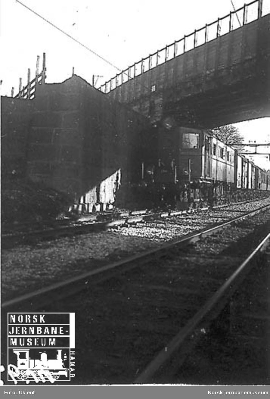 Elektrisk lokomotiv type El 5 nr. 2041 foran tog; Brynsbakken eller mot Loenga