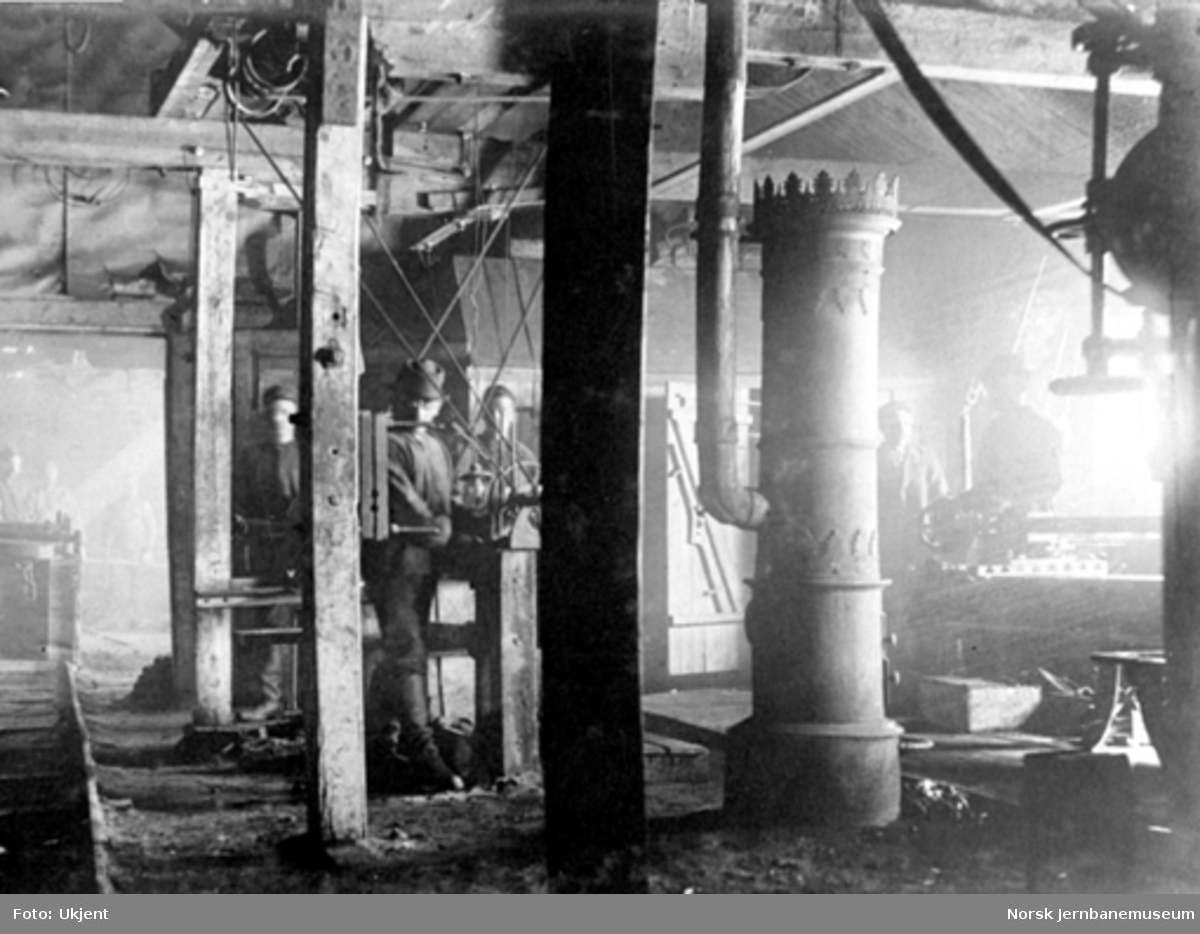 Anlegget av Gravehalsen tunnel; interiørbilde fra verksted og smie på vestsiden