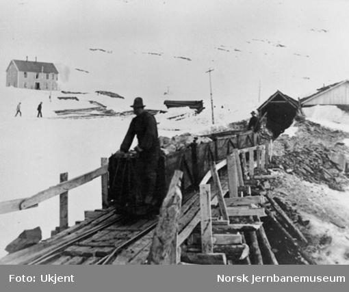 Anlegget av Gravehalsen tunnel; anleggsvagger utenfor vestre tunnelåpning