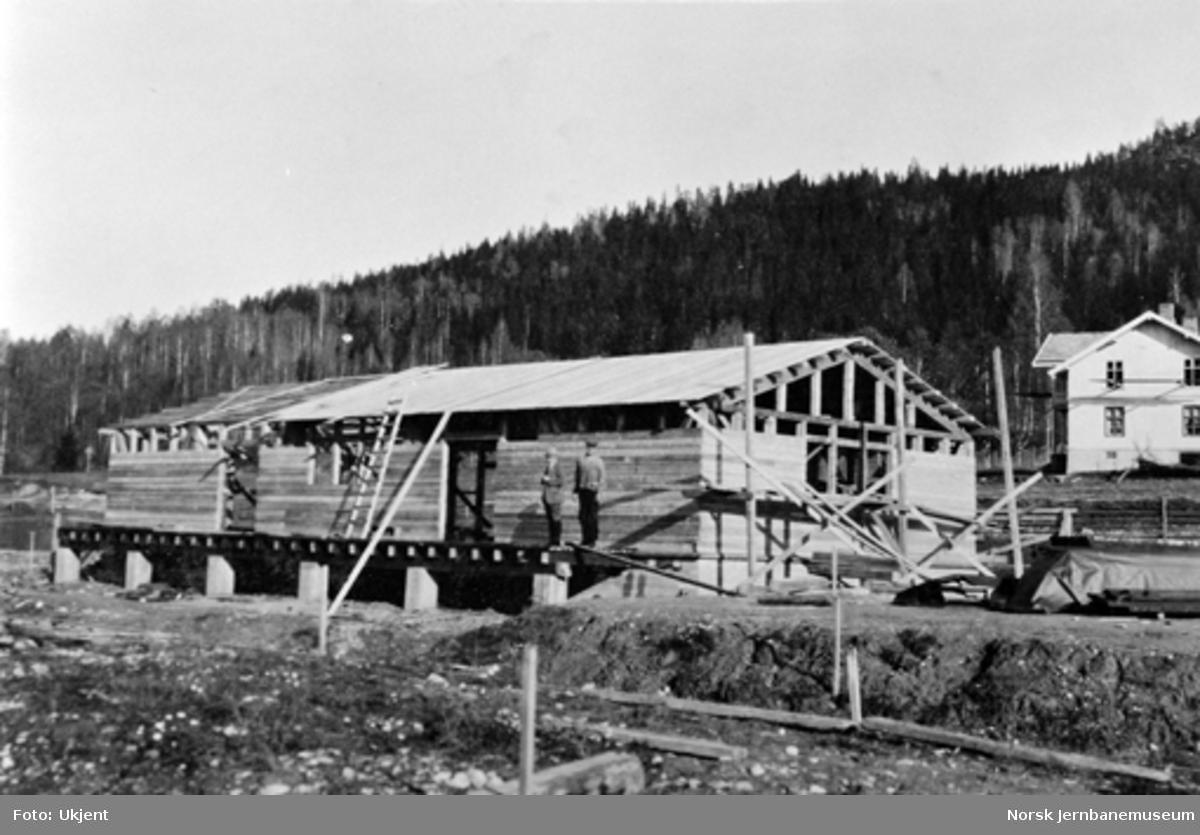 Godshuset på Sperillen stasjon under bygging med gården Finsand søndre i bakgrunnen