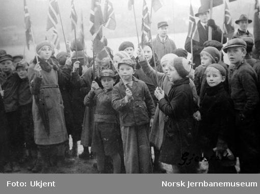 Barn med flagg på Gjerstad stasjon ved Sørlandsbanens åpning