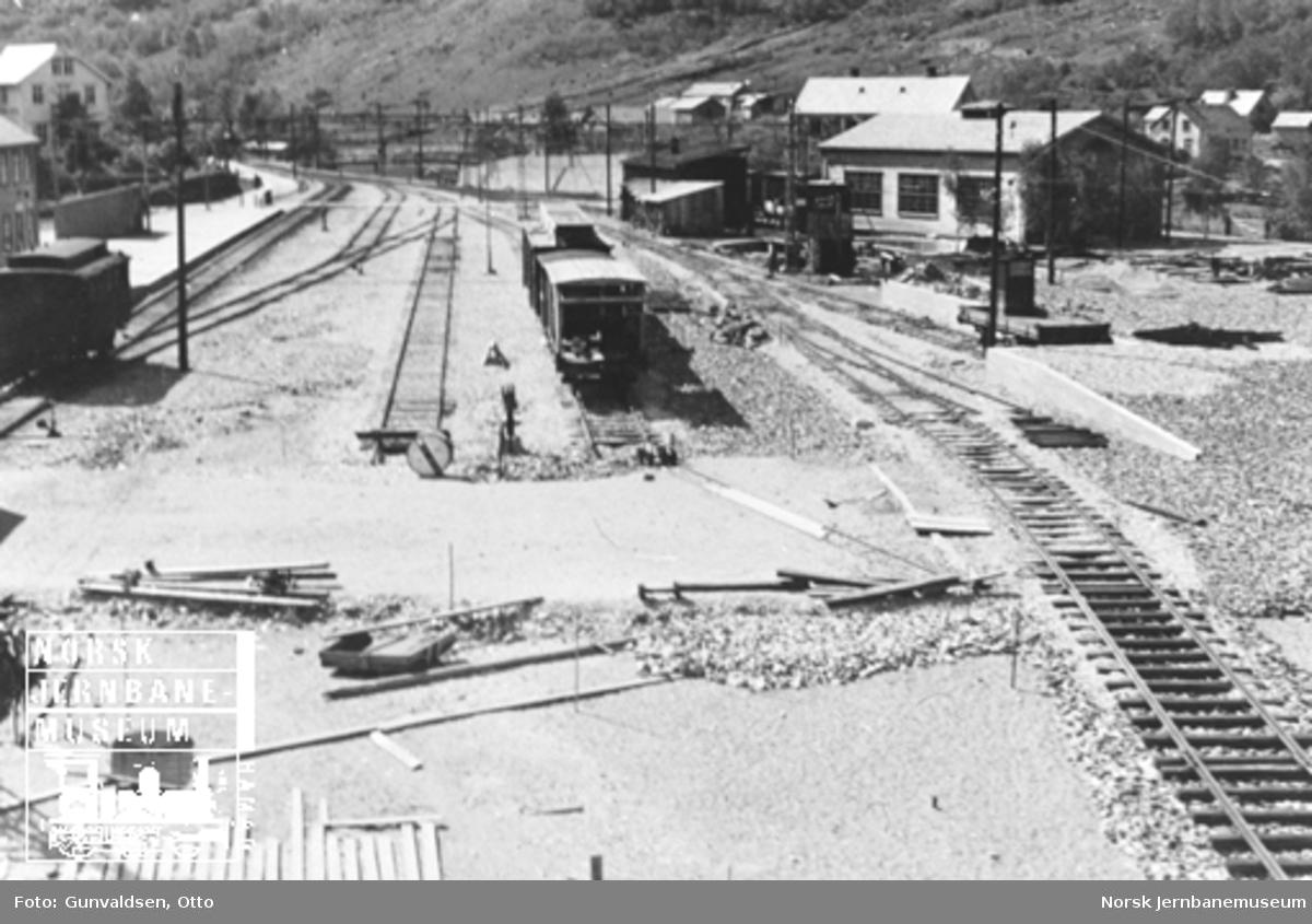 Oversiktsbilde over Flåm stasjon, hvor sporleggingen er i gang