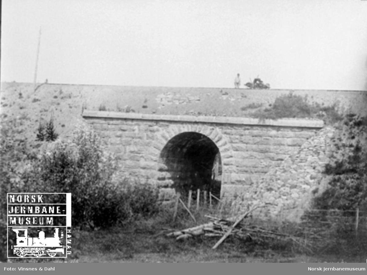 Kulvert ved Skandsen elv med en banevokter med dresin på linja