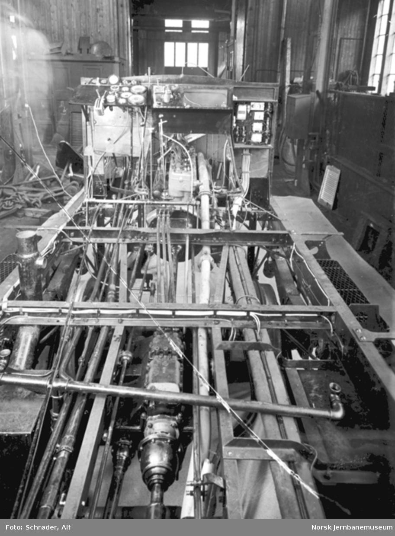 Bensinmotorvogn litra Cm type 13; understell med maskineri på verkstedet i Trondheim