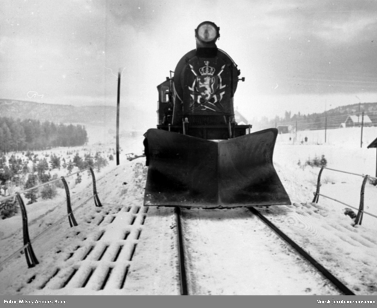 Åpning av strekningen Kongsberg-Kragerø; damplokomotivet på åpningstoget fotografert forfra