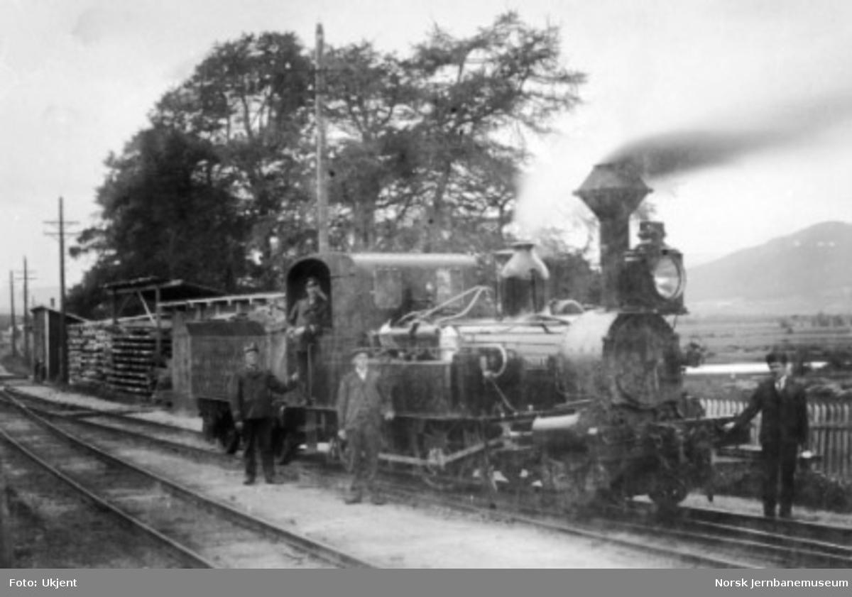 """Damplokomotiv type IX nr. 7 """"Thora"""" med personale på Tynset stasjon"""