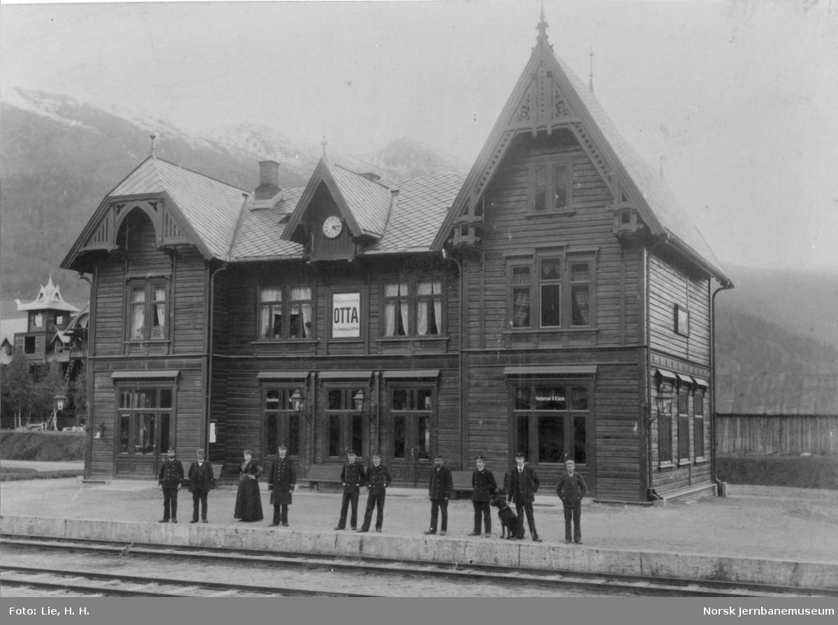 Personalet foran stasjonsbygningen på Otta