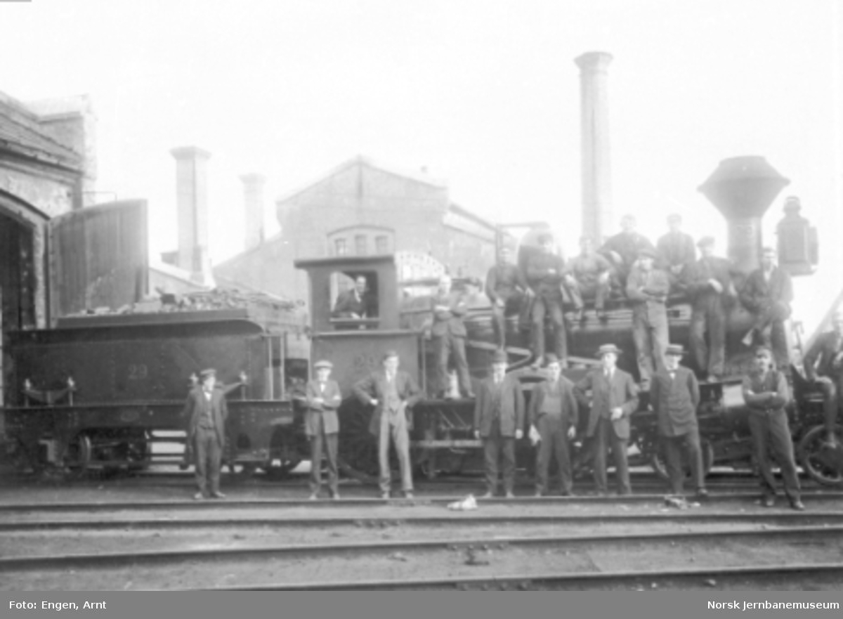 Damplokomotiv type 9a nr. 29 med mange jernbanefolk på maskinen utenfor lokomotivstallen på Brattøra