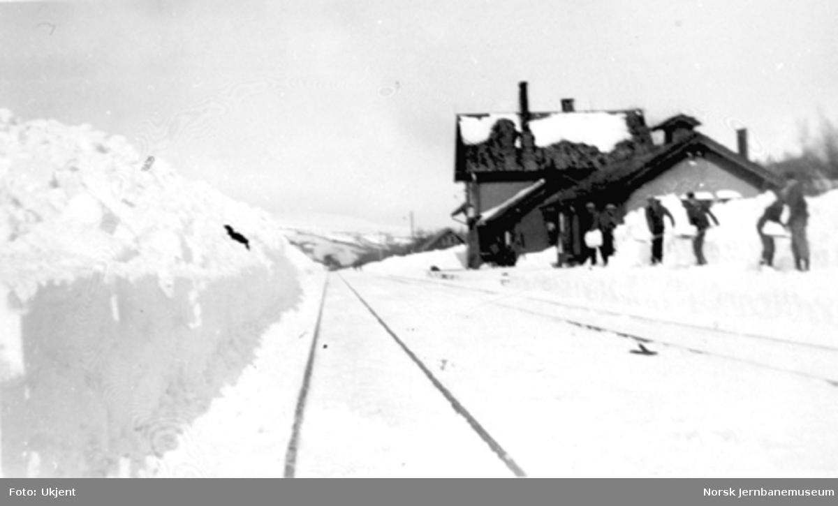 Seks mann måker snø på Rugldalen stasjon snøvinteren 1932