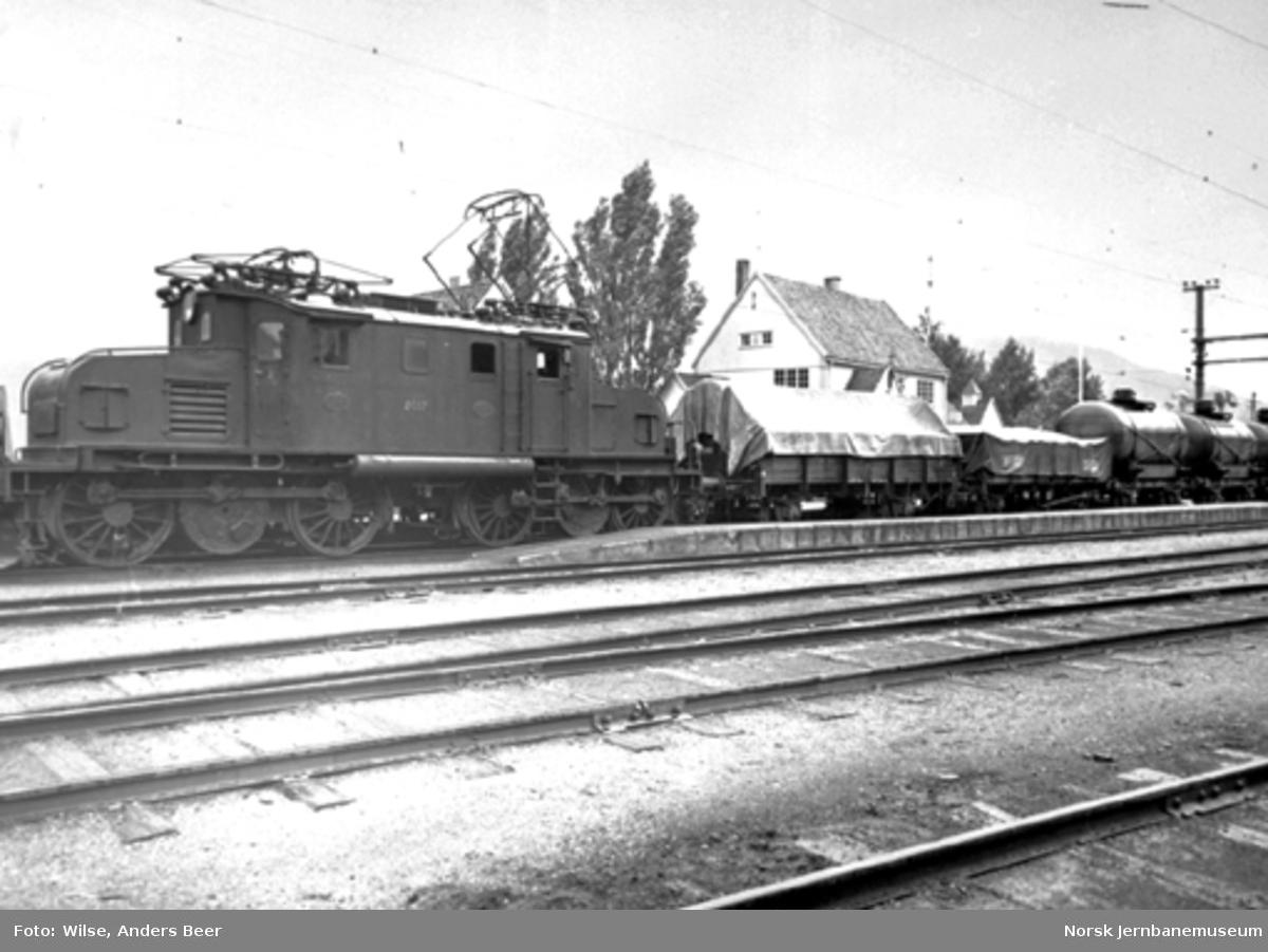 Elektrisk lokomotiv El 1.2017 med massegodstog