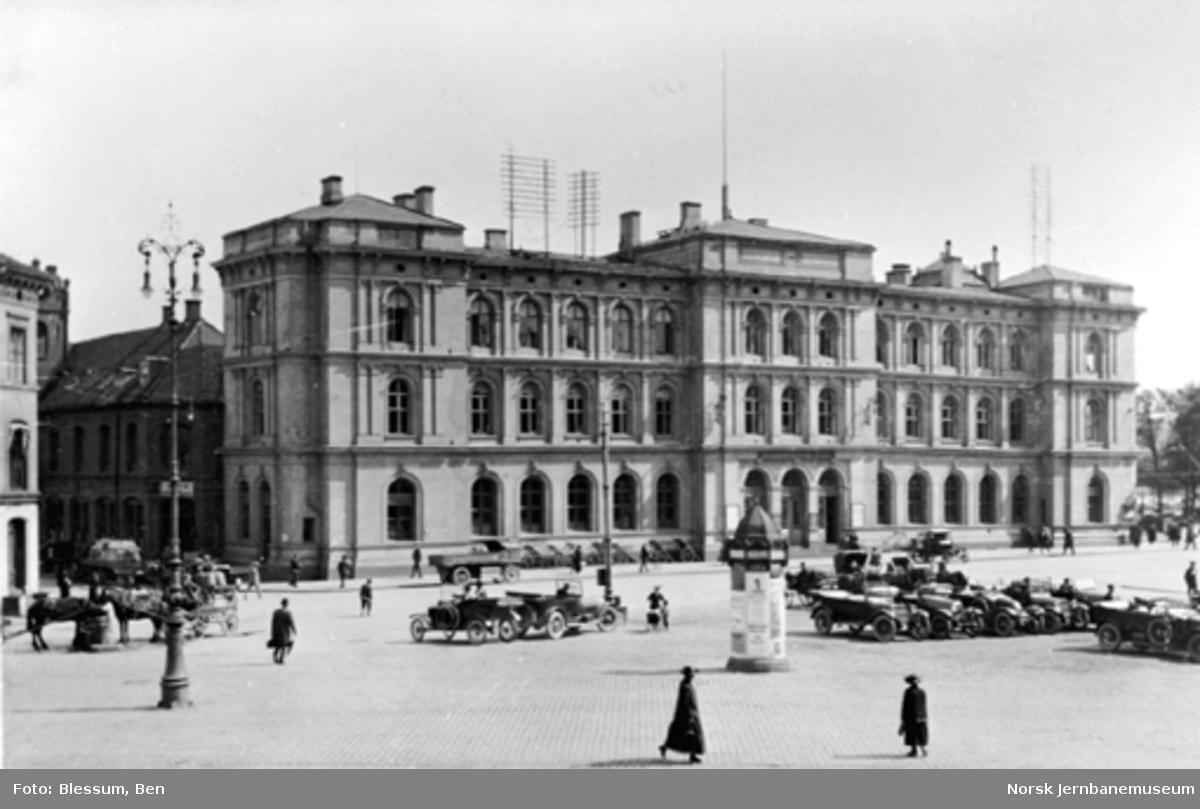 Østbanen fra bysiden med drosjer og hester på Jernbanetorget