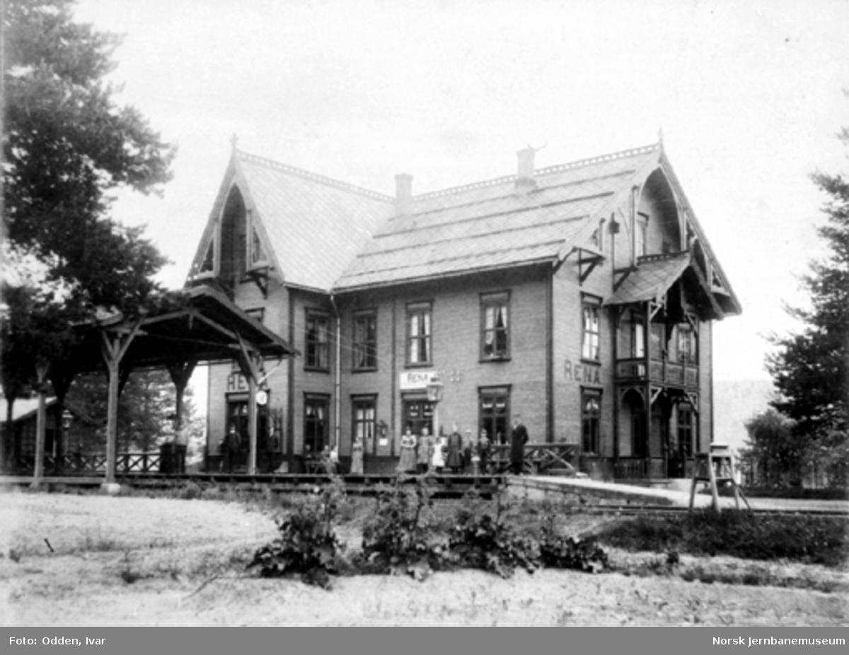 Rena stasjon med stasjonspersonalet og trolig stasjonsmesterens familie på plattformen