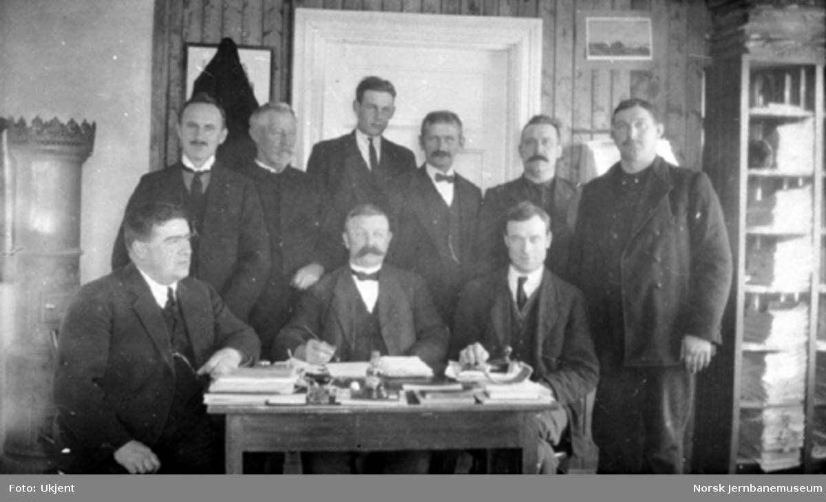 Gruppebilde av ni menn ved streiken i 1920, trolig på Kongsvinger