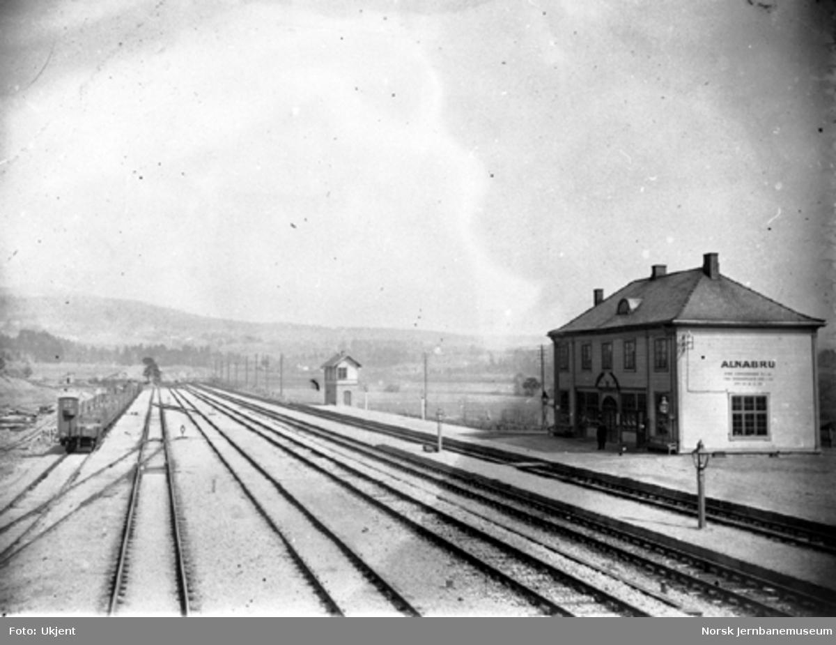 Alnabru stasjon med sporområdet, stillverk og stasjonsbygning