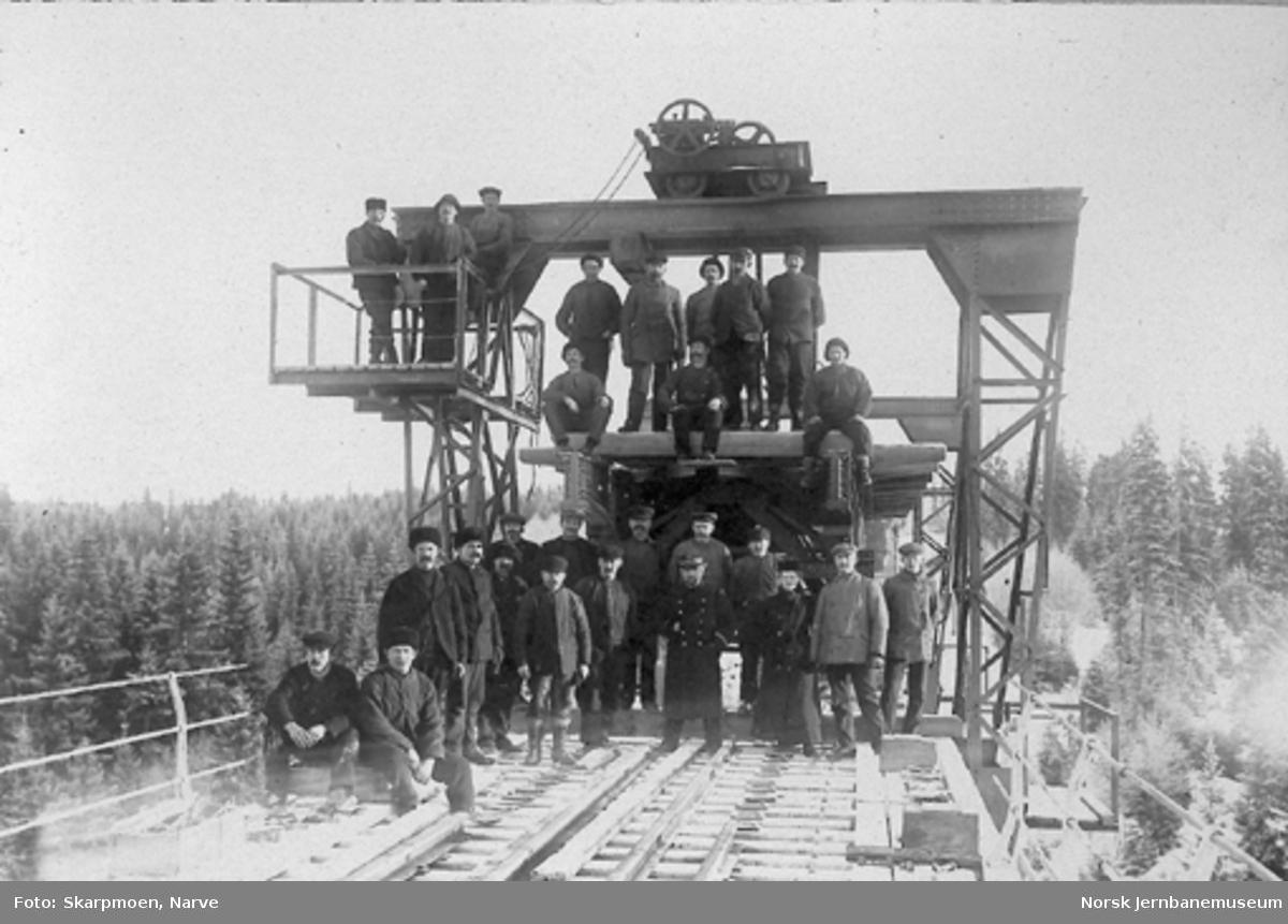 Ombygging av Hobøl viadukt; arbeidslaget fotografert på brua