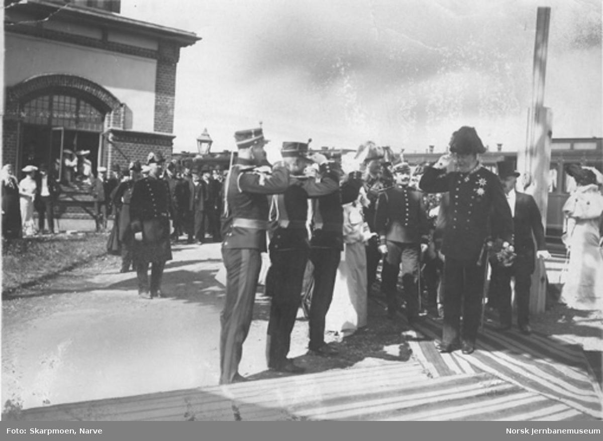 Kong Oscar II ankommer Gjøvik stasjon ved kongebesøket i 1904