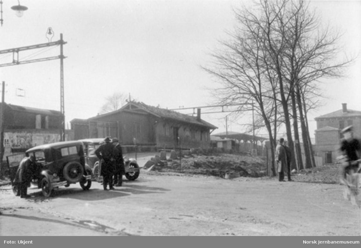 Lillestrøm stasjon fra bysiden; den nye stasjonsbygningen i høyre bildekant