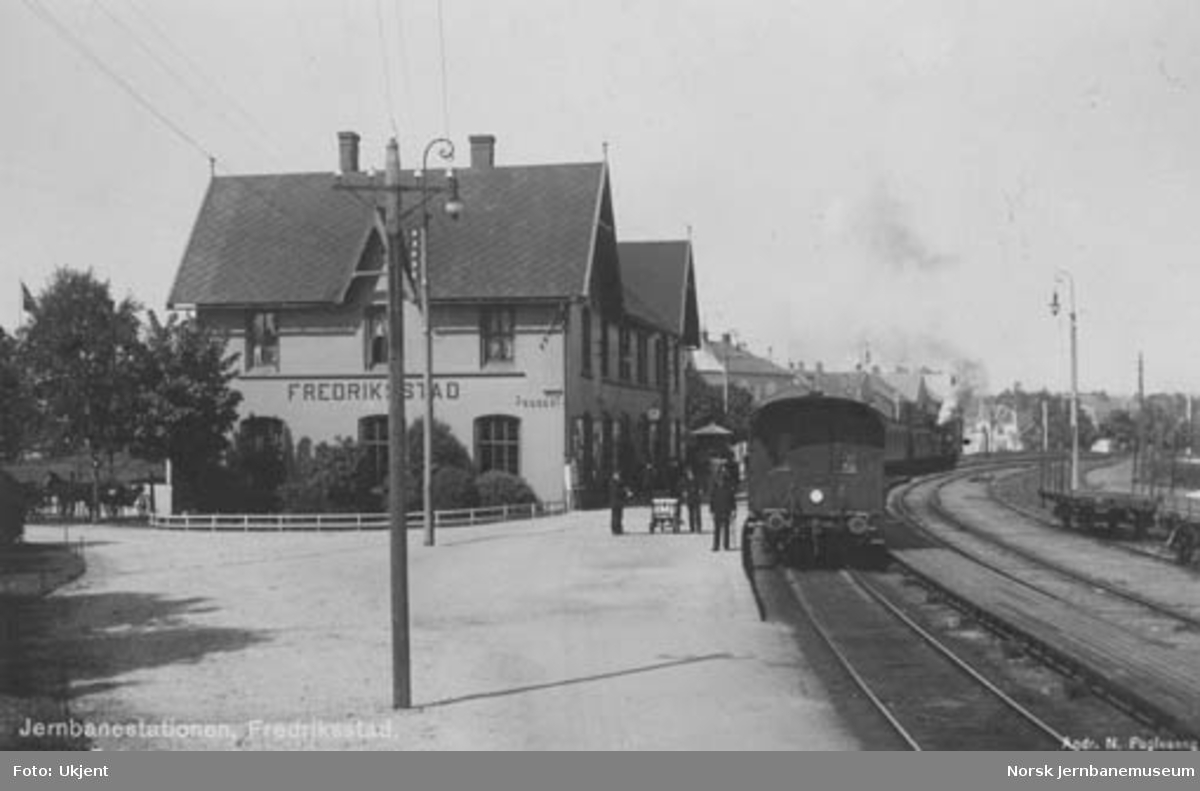 Fredrikstad (Fredriksstad) med tog
