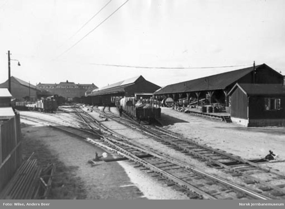 Skiftespor og godsvogner foran godshuset på Oslo Ø