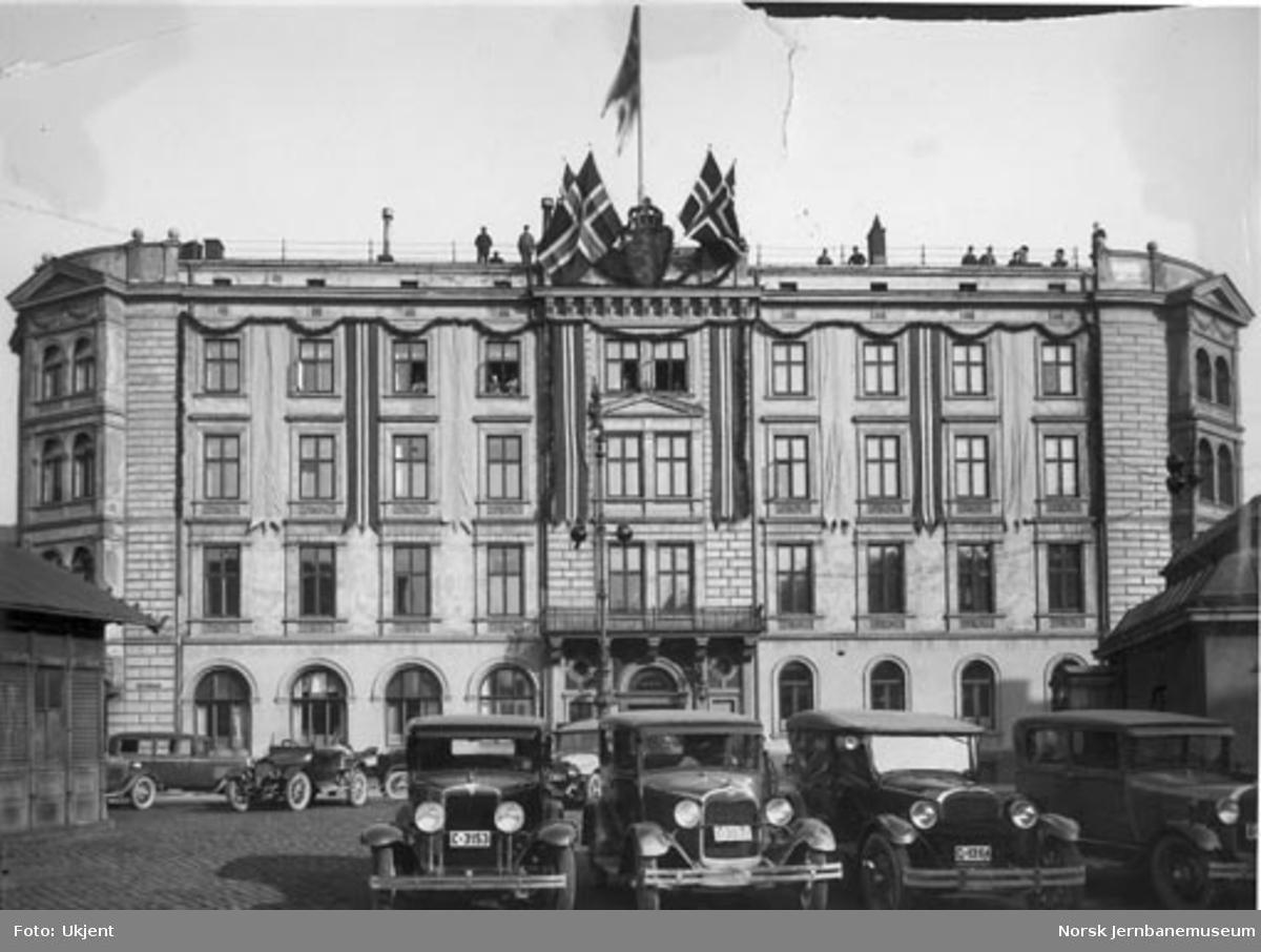 NSB Hovedstyrets administrasjonsbygning på Jernbanetorget pyntet i anledning kongebryllupet