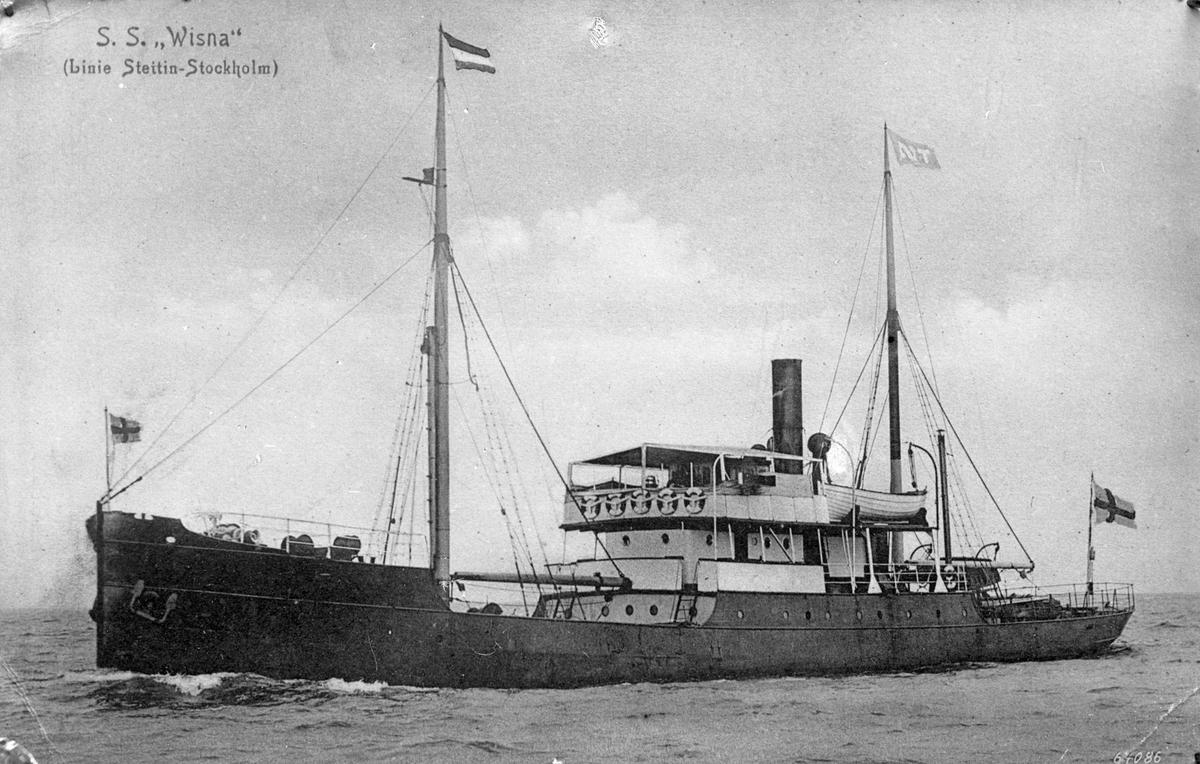 """Dampskipet D/S """"Wisna"""" i åpent farvann. Øyer kan skimtes i bakgrunn."""