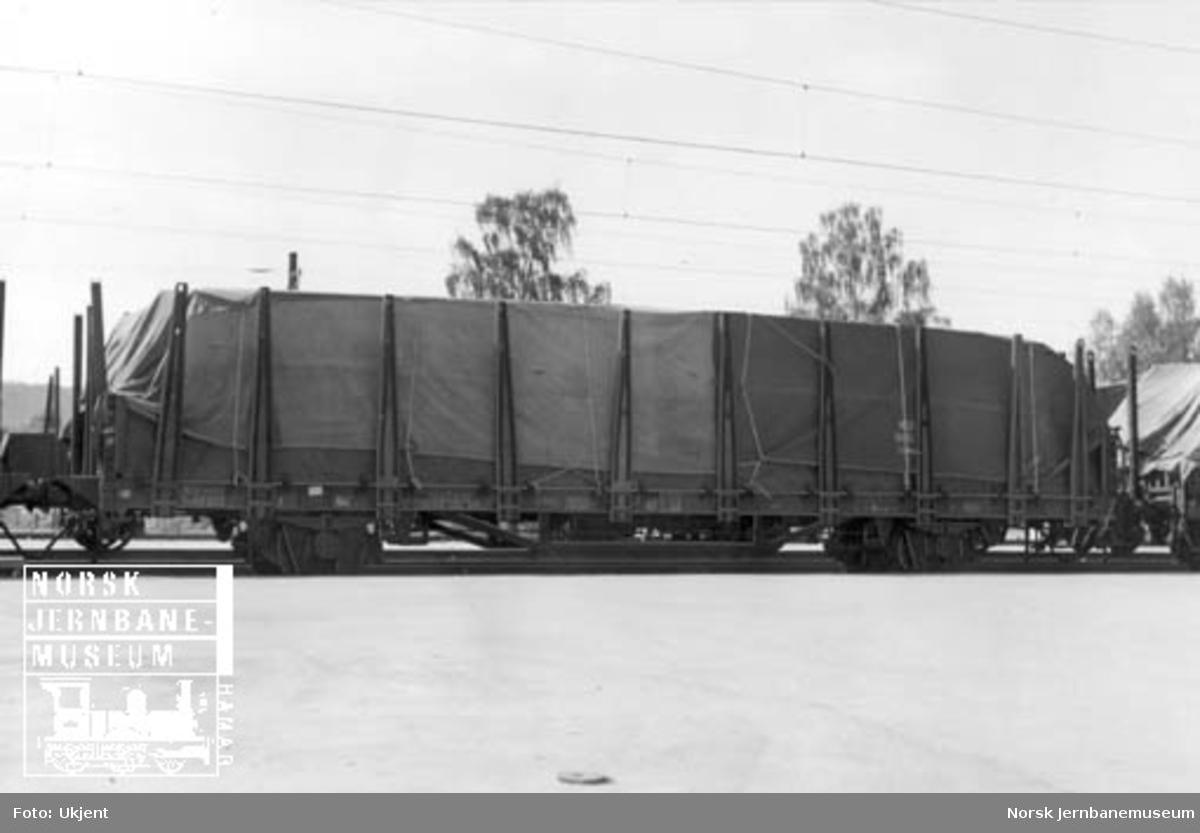 Plattformvogn litra Tl5 nr. 62203 med last dekket av presenning